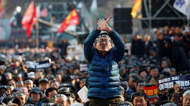https: img-o.okeinfo.net content 2019 01 11 18 2002933 protes-taksi-online-di-korsel-dua-sopir-tewas-bakar-diri-qVh4GmSL95.jpg