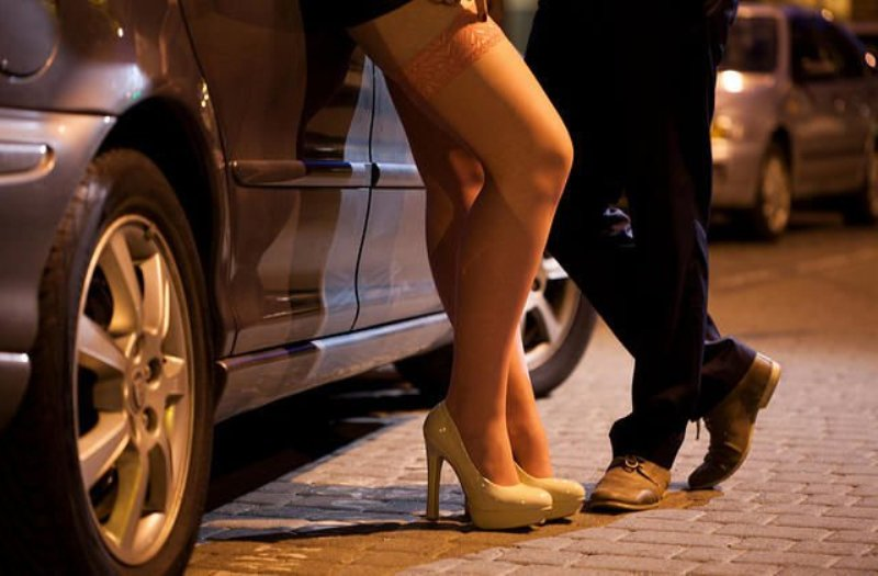 https: img-o.okeinfo.net content 2019 01 12 337 2003599 terkait-prostitusi-online-robby-abas-kenal-4-dari-6-nama-yang-dipanggil-polda-jatim-ZdZxJ8sRUV.jpg