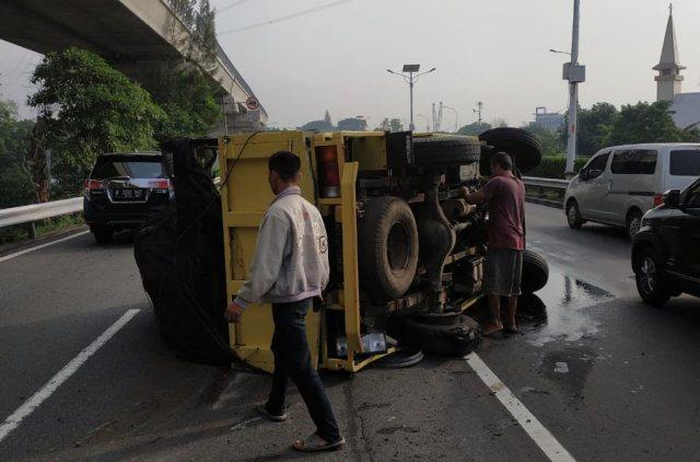 https: img-o.okeinfo.net content 2019 01 13 338 2003721 truk-terguling-di-tol-cililitan-pengemudi-hati-hati-melintas-pKFR411F3w.jpg