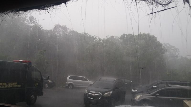https: img-o.okeinfo.net content 2019 01 22 338 2007683 hujan-disertai-angin-kencang-hantui-jabodetabek-siang-ini-Iq1eQp01fO.jpg