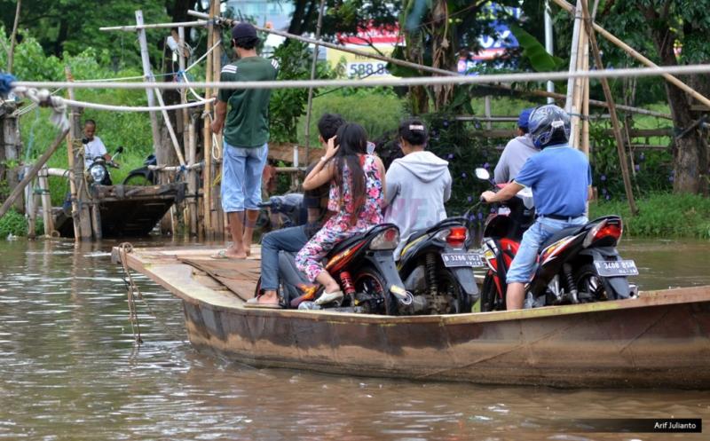 https: img-o.okeinfo.net content 2019 01 22 340 2007799 perahu-terbalik-dan-hanyut-di-sungai-ciujung-serang-karena-dihantam-sampah-s67xv8Sd6M.jpg