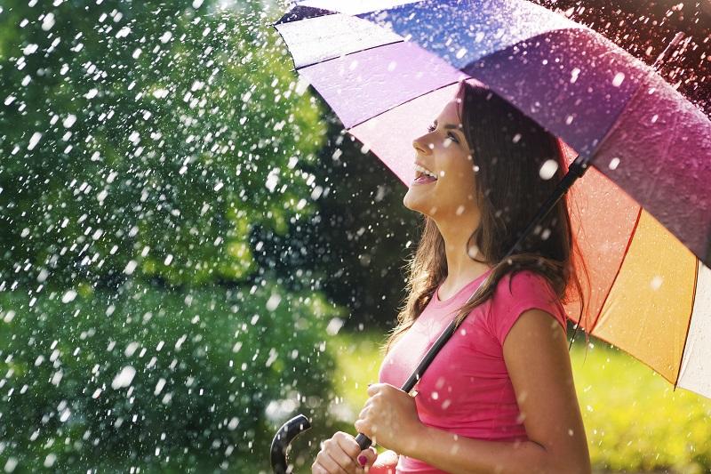 https: img-o.okeinfo.net content 2019 01 23 194 2008537 yuk-tiru-style-musim-hujan-ala-julia-estelle-hingga-nia-ramadhani-hN5dsbyYga.jpg