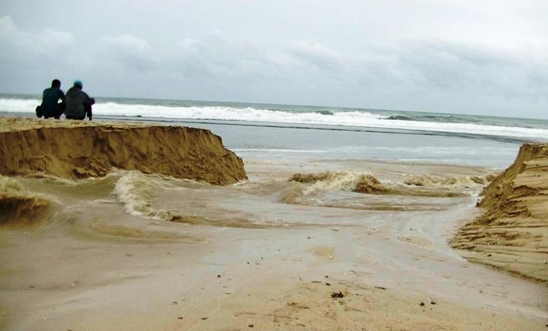 https: img-o.okeinfo.net content 2019 01 24 510 2008810 akibat-banjir-pantai-sundak-di-gunungkidul-terbelah-dua-F4Sc59s5EZ.jpg