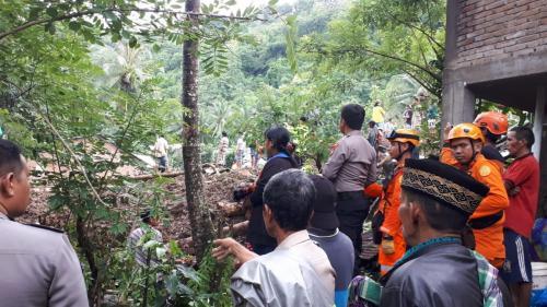 https: img-o.okeinfo.net content 2019 01 24 609 2008643 banjir-longsor-di-gowa-11-orang-meninggal-puluhan-lainnya-belum-ditemukan-DIRPZRprIt.jpg