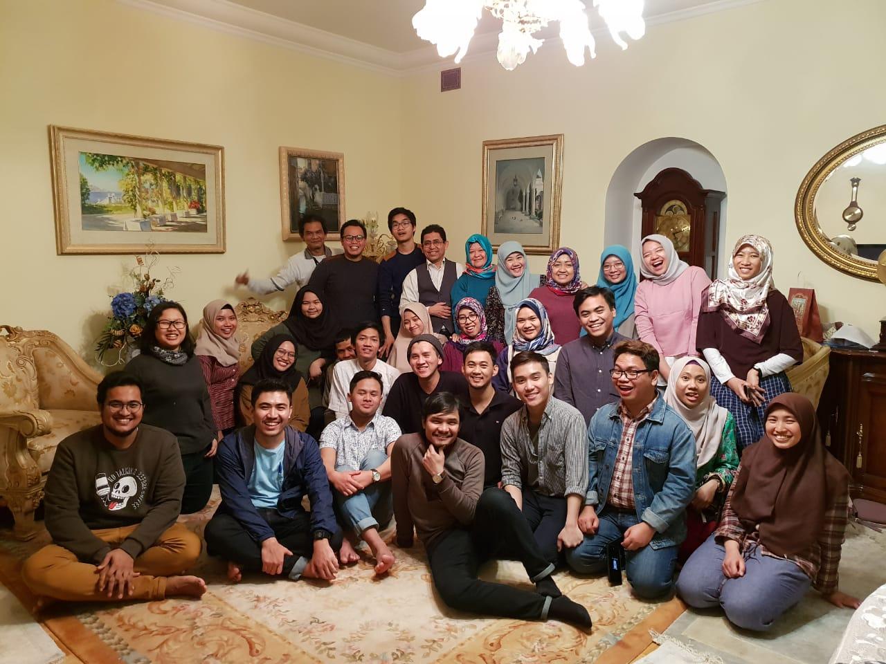 https: img-o.okeinfo.net content 2019 01 24 65 2008892 mahasiswa-indonesia-di-rusia-belajar-menulis-bareng-asma-nadia-vcei3dZSeE.jpg