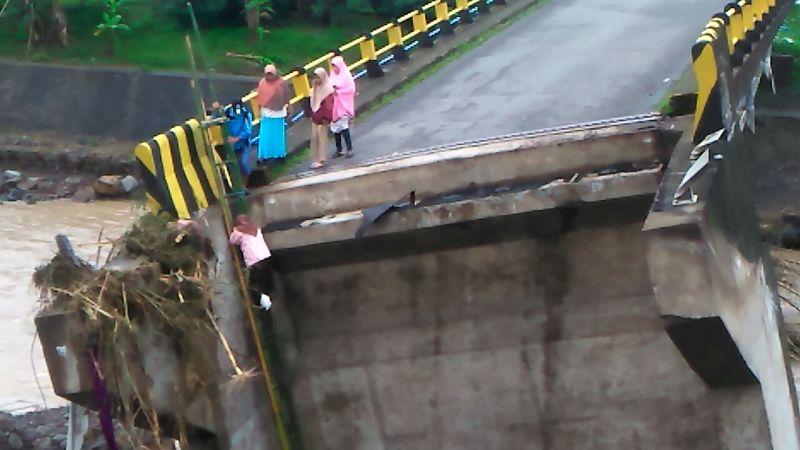 https: img-o.okeinfo.net content 2019 01 25 609 2009537 perjuangan-anak-sekolah-sebrangi-jembatan-putus-akibat-air-bah-WkcW7e3huY.jpg