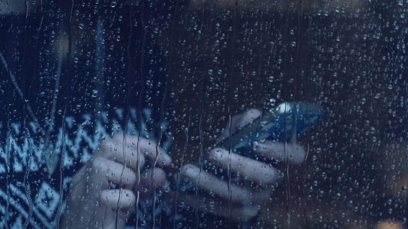 https: img-o.okeinfo.net content 2019 01 25 92 2009283 tips-cegah-kerusakan-ponsel-selama-musim-hujan-MhqQq66JZf.jpg