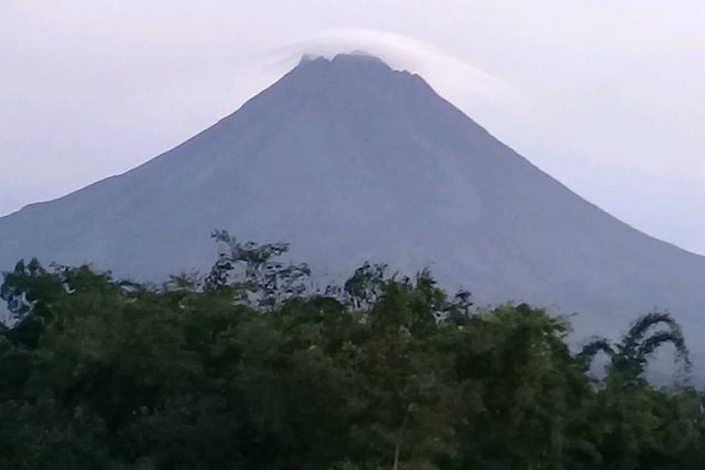 https: img-o.okeinfo.net content 2019 01 28 510 2010304 gunung-merapi-5-kali-semburkan-guguran-lava-g5CrXRzyWZ.jpg
