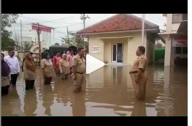 https: img-o.okeinfo.net content 2019 01 30 512 2011281 dikepung-banjir-petugas-kecamatan-pekalaongan-tetap-gelar-upacara-ytHcs4LnBx.jpg