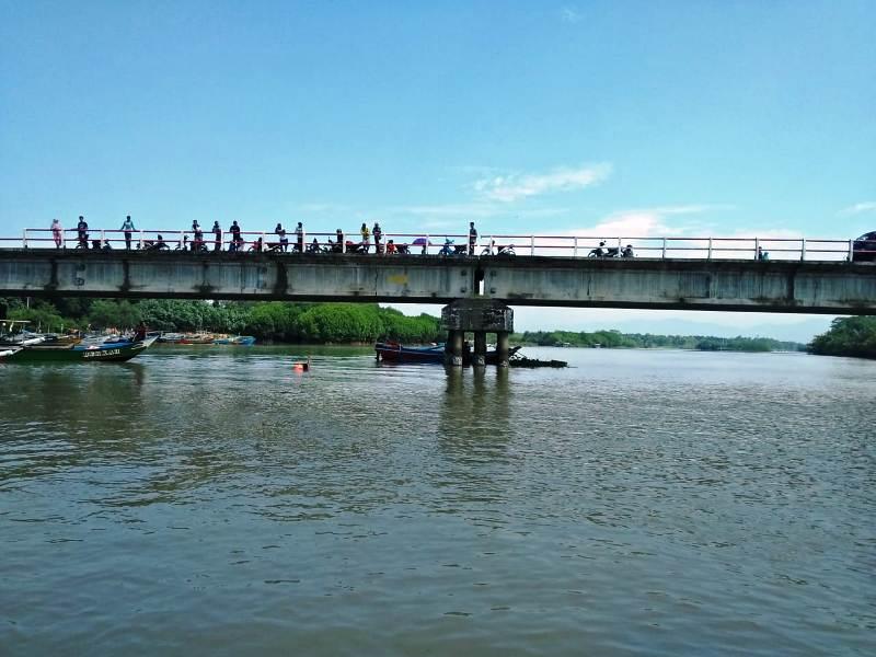https: img-o.okeinfo.net content 2019 01 30 512 2011467 pria-ini-tiduran-di-atas-jembatan-lalu-jatuh-dan-terbawa-arus-sungai-pokbnMntMg.jpeg