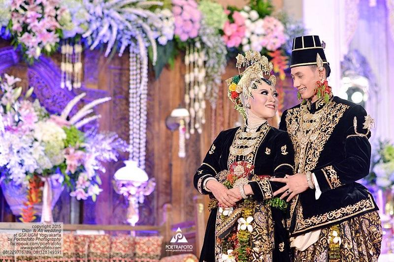 https: img-o.okeinfo.net content 2019 02 01 194 2012260 penuh-makna-dan-kemegahan-konsep-pernikahan-paes-ageng-kanigaran-dari-yogyakarta-nCXbqAhOe8.jpg