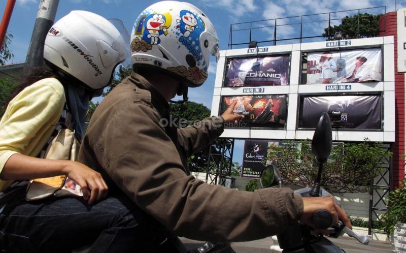 https: img-o.okeinfo.net content 2019 02 01 206 2012548 surat-edaran-dicabut-ide-menyanyikan-lagu-indonesia-raya-di-bioskop-dikaji-ulang-AG9YqpJNlu.jpg