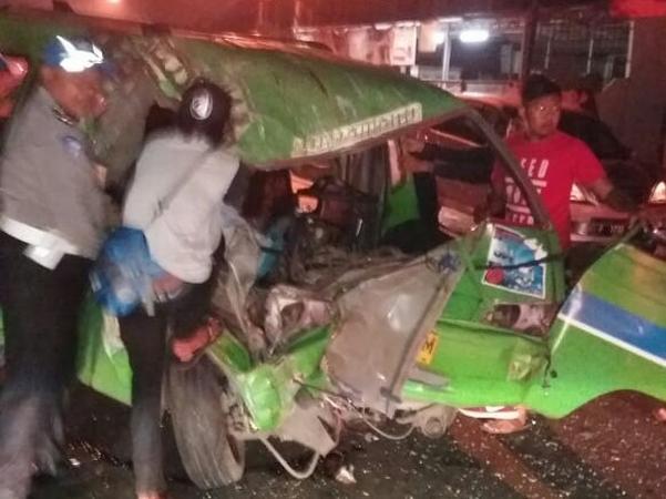 https: img-o.okeinfo.net content 2019 02 04 338 2013761 angkot-tabrakan-dengan-truk-di-bogor-dua-penumpang-tewas-rVX4J8mAmI.jpg