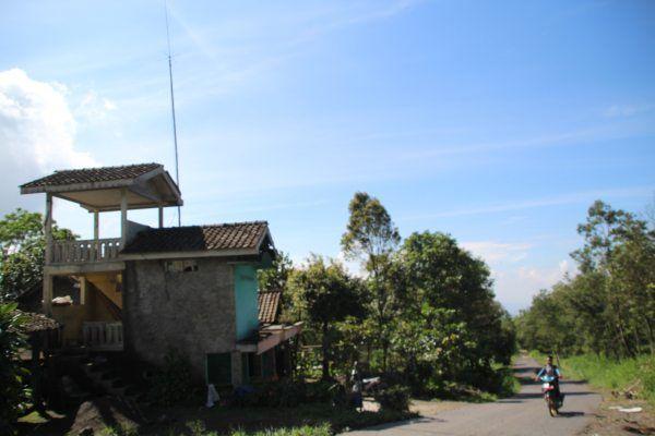 https: img-o.okeinfo.net content 2019 02 04 510 2013464 warga-swadaya-membuat-gardu-pandang-untuk-pantau-aktivitas-gunung-merapi-50RqVg7MZI.jpg