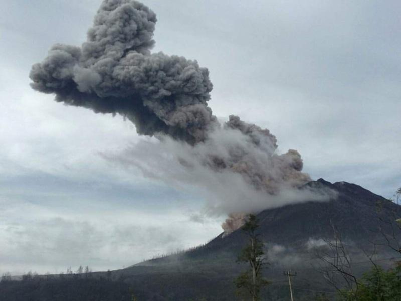 https: img-o.okeinfo.net content 2019 02 04 608 2013455 berstatus-awas-gunung-sinabung-gempa-5-kali-hingga-asap-setinggi-200-m-iLbotniwum.jpg