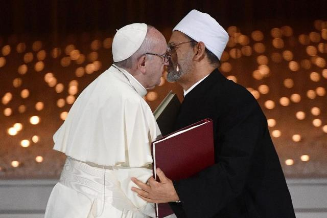https: img-o.okeinfo.net content 2019 02 05 18 2013937 paus-fransiskus-dan-imam-besar-al-azhar-tandatangani-dekralarasi-bersejarah-soal-perdamaian-zmS50iCw35.jpg