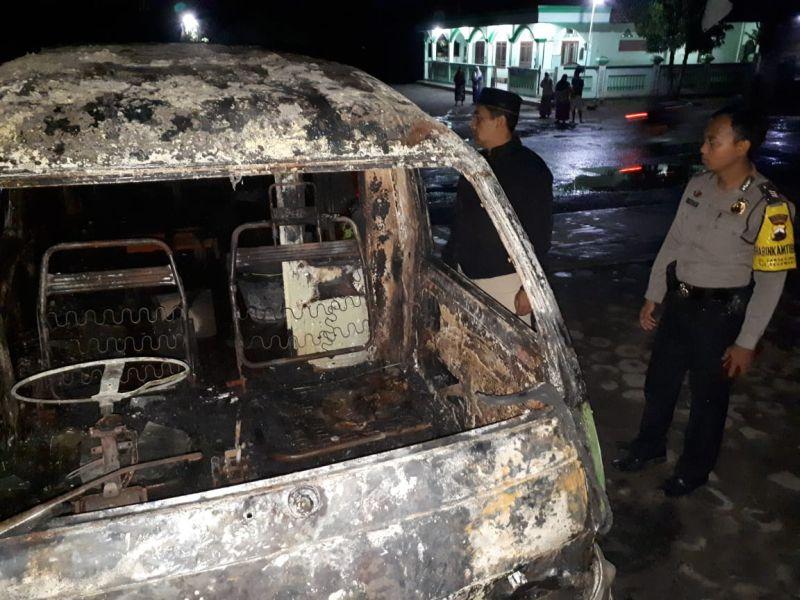 https: img-o.okeinfo.net content 2019 02 06 512 2014273 teror-pembakaran-mobil-diduga-merambah-grobogan-angkot-hangus-dilalap-api-rp4gm3G4lK.jpg