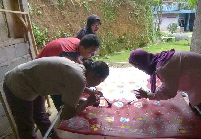 https: img-o.okeinfo.net content 2019 02 06 512 2014489 kaum-disabilitas-diberdayakan-membuat-batik-ciprat-MmMNyR9eBV.jpg