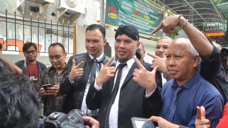 https: img-o.okeinfo.net content 2019 02 06 519 2014416 pengacara-klaim-ahmad-dhani-batal-dipindah-ke-rutan-medaeng-mpOU1aGbMp.jpg