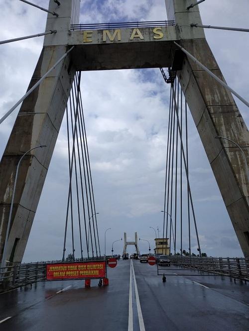 https: img-o.okeinfo.net content 2019 02 07 320 2015029 jembatan-emas-babel-rusak-ratusan-kontainer-tertahan-4-hari-0OXuqhJQlJ.jpg
