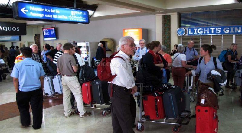 https: img-o.okeinfo.net content 2019 02 09 320 2015763 biaya-bagasi-dan-mahalnya-tiket-pesawat-menurunkan-jumlah-wisatawan-I8IEXNQyVF.jpg