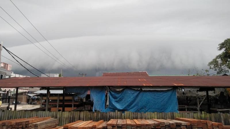 https: img-o.okeinfo.net content 2019 02 09 340 2015796 heboh-awan-hitam-berbentuk-gelombang-tsunami-selimuti-langit-pangkalan-bun-NDru5MneXh.jpg
