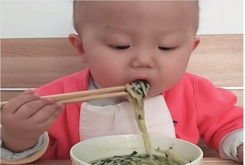 https: img-o.okeinfo.net content 2019 02 11 298 2016380 menggemaskan-bayi-ini-mahir-makan-pakai-sumpit-YJFgyLD77t.jpg