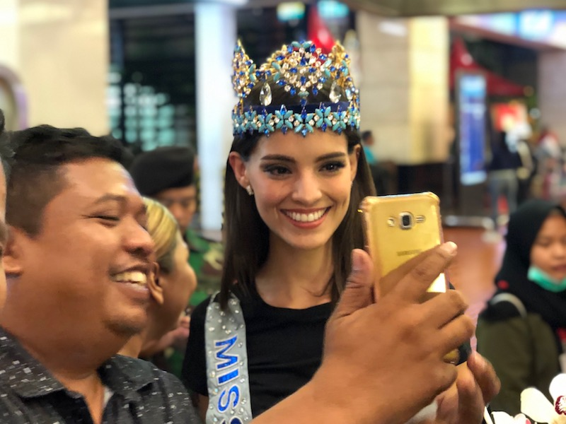 https: img-o.okeinfo.net content 2019 02 12 194 2016694 tiba-di-indonesia-miss-world-2018-vanessa-ponce-ditodong-selfie-JGHw7KglYg.jpeg