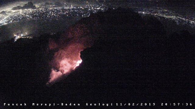https: img-o.okeinfo.net content 2019 02 12 512 2016627 dini-hari-gunung-merapi-muntahkan-lava-pijar-sejauh-700-meter-QYrrLYlaJu.png