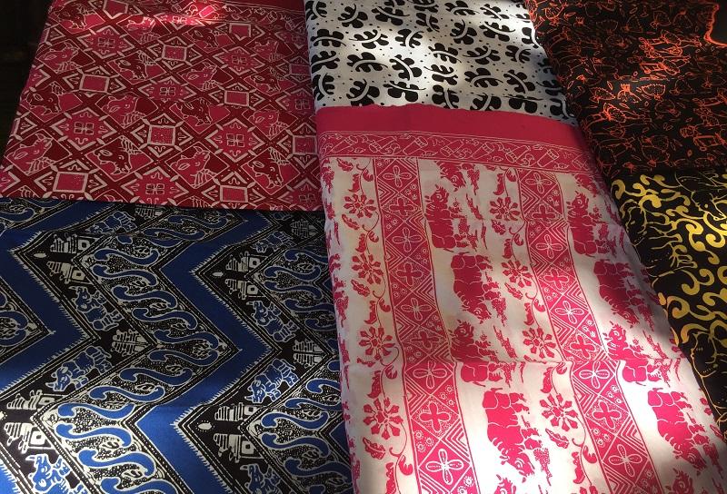 https: img-o.okeinfo.net content 2019 02 13 194 2017225 uniknya-batik-cikadu-hingga-miniatur-badak-souvenir-khas-banten-6AEFbcI8QR.JPG