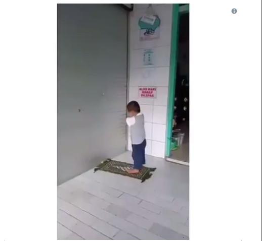 https: img-o.okeinfo.net content 2019 02 14 196 2017702 video-bocah-laki-laki-solat-kejedot-dinding-bukannya-prihatin-netizen-malah-ngakak-6P4J6j037G.jpg