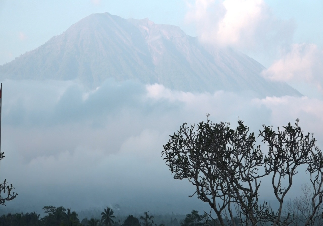 https: img-o.okeinfo.net content 2019 02 14 244 2017830 gunung-agung-kembali-erupsi-karangasem-dilanda-hujan-abu-Eow307Fyy7.jpg