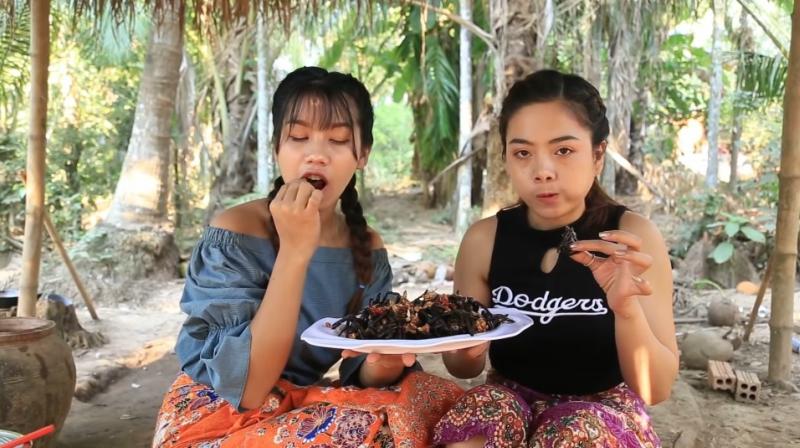 https: img-o.okeinfo.net content 2019 02 14 298 2017736 makan-tarantula-hitam-langka-2-wanita-ini-bikin-netizen-hilang-napsu-makan-gBrBIy2LDo.jpg