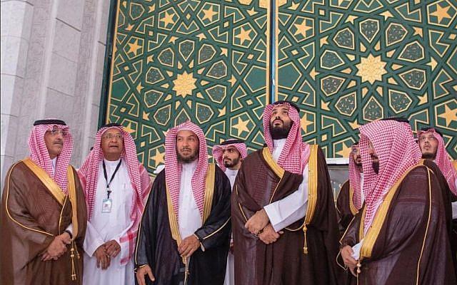 https: img-o.okeinfo.net content 2019 02 14 406 2017807 wisata-religi-putra-mahkota-arab-saudi-cium-hajar-aswad-hingga-naik-atap-kabah-BLShQMCgng.jpg