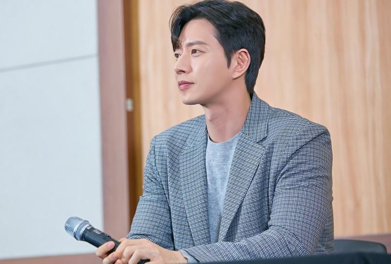 https: img-o.okeinfo.net content 2019 02 15 598 2018540 park-hae-jin-tak-sabar-main-di-drama-komedi-romantis-pertama-sejak-debut-e9qIRokutQ.jpg