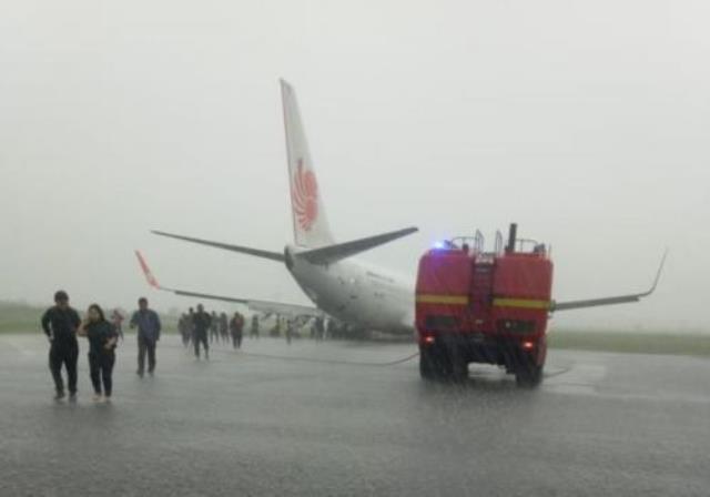 https: img-o.okeinfo.net content 2019 02 16 340 2018934 ajeng-pingsan-saat-pesawat-lion-air-tergelincir-di-bandara-supadio-8TNXP3BIlk.jpg