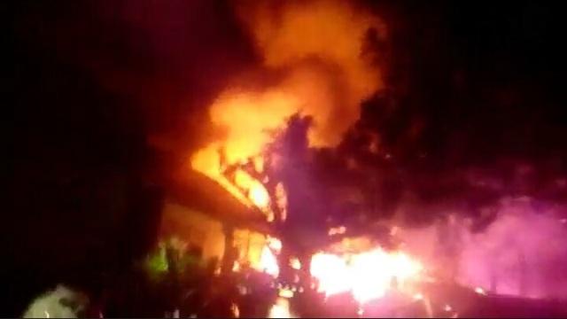 https: img-o.okeinfo.net content 2019 02 16 609 2018982 kebakaran-di-kampus-iain-palopo-empat-barak-pekerja-ludes-YdIXSIqyWI.jpg