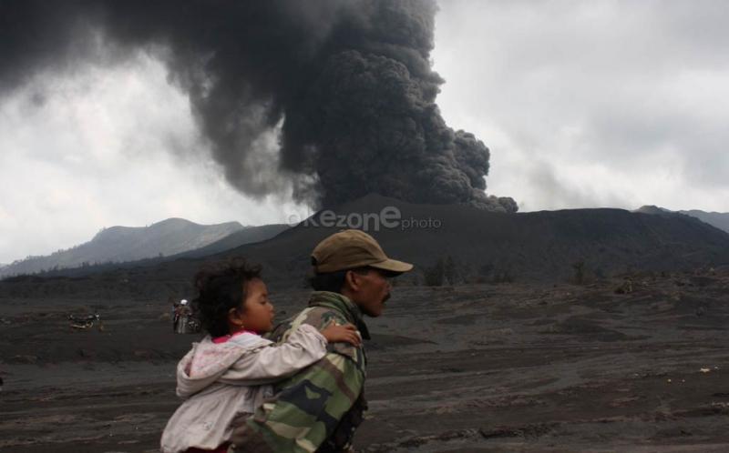 https: img-o.okeinfo.net content 2019 02 19 337 2019980 gunung-bromo-erupsi-semburkan-kolom-abu-2-929-meter-dilarang-mendekati-radius-1-km-LnSTsSjLsb.jpg