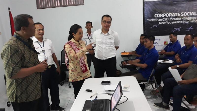 https: img-o.okeinfo.net content 2019 02 22 320 2021370 menteri-rini-warga-terdampak-pembangunan-bandara-harus-bekerja-di-nyia-YjMieLWC2T.jpg
