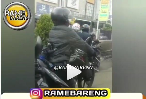 https: img-o.okeinfo.net content 2019 02 22 406 2021336 pria-ini-ajak-3-monyet-naik-motor-lengkap-dengan-helm-dan-jaket-8W9IENmP9e.jpg