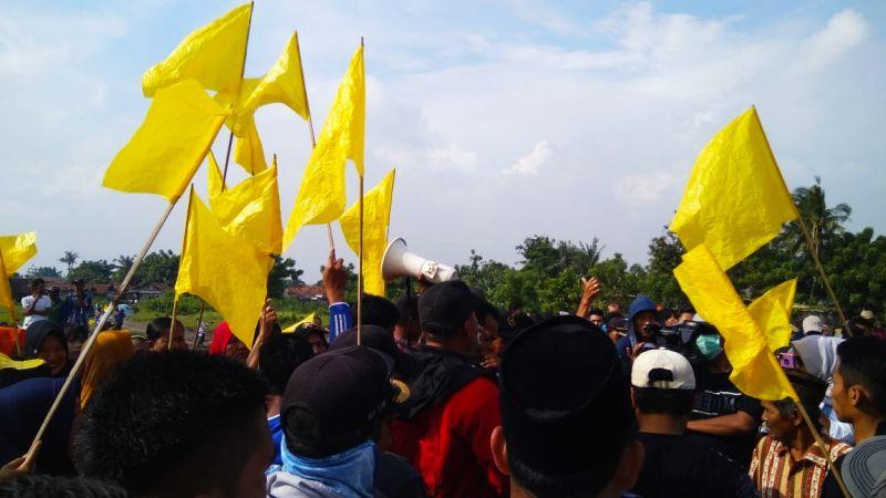 https: img-o.okeinfo.net content 2019 03 01 338 2024458 kibarkan-bendera-kuning-warga-blokade-jalan-perimeter-utara-bandara-soetta-Pn7g6gYLix.jpg
