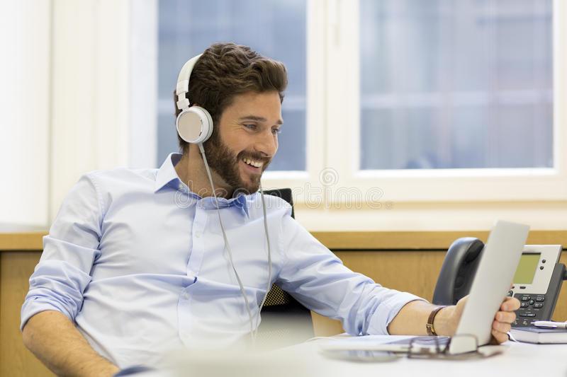 https: img-o.okeinfo.net content 2019 03 04 481 2025758 batas-aman-penggunaan-headphone-saat-mendengarkan-musik-hjoG3MwKc1.jpg