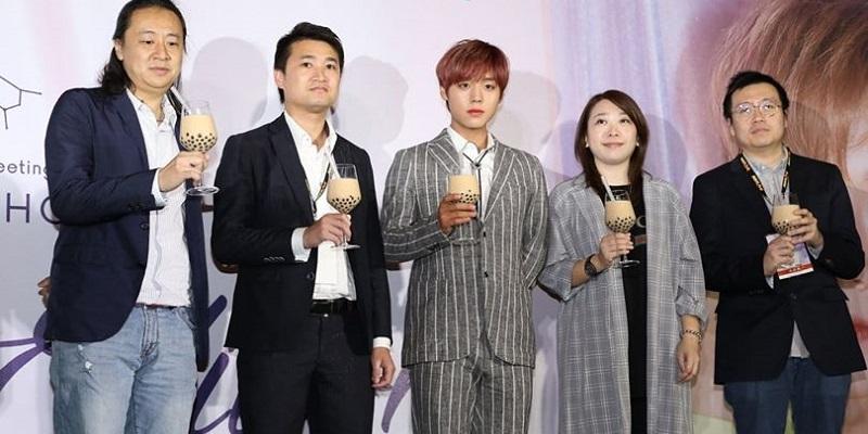 https: img-o.okeinfo.net content 2019 03 05 298 2026265 bukan-wine-ji-hoon-wanna-one-terkejut-diberi-minuman-ini-di-taiwan-7vcdqzaJlG.jpg