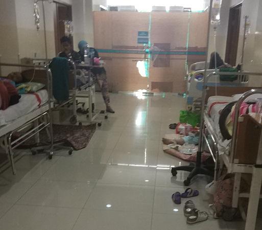 https: img-o.okeinfo.net content 2019 03 06 338 2026708 kamar-penuh-pasien-anak-anak-penderita-dbd-dirawat-di-selasar-rsu-tangsel-ZmMvZi1lH0.jpg