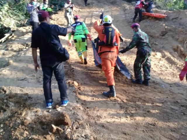 https: img-o.okeinfo.net content 2019 03 06 340 2026397 34-korban-longsor-tambang-di-bolaang-mongondow-berhasil-dievakuasi-tim-sar-EBarydojj2.jpg