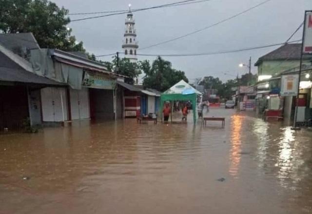 https: img-o.okeinfo.net content 2019 03 06 519 2026416 sejumlah-wilayah-di-madiun-banjir-lalu-lintas-jalur-utama-ke-surabaya-terganggu-5Gatk1qohB.jpg