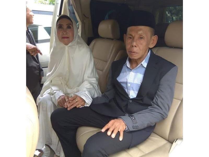 https: img-o.okeinfo.net content 2019 03 06 609 2026715 viral-pernikahan-kakek-perjaka-dan-nenek-perawan-ini-kata-kua-AIg6hDSYkT.jpg