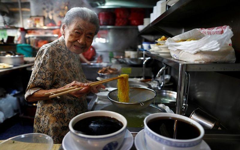 https: img-o.okeinfo.net content 2019 03 08 298 2027475 penjual-mi-tertua-di-dunia-nenek-usia-90-tahun-EJbUcwu4km.jpg