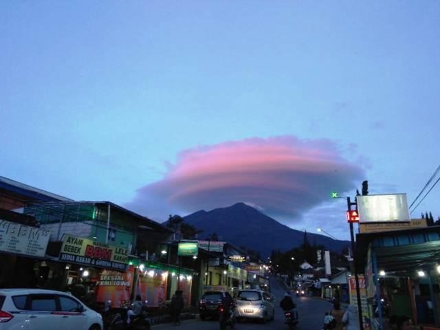 https: img-o.okeinfo.net content 2019 03 08 512 2027652 muncul-awan-berbentuk-aneh-di-puncak-gunung-lawu-QHfBPEsDIQ.jpg
