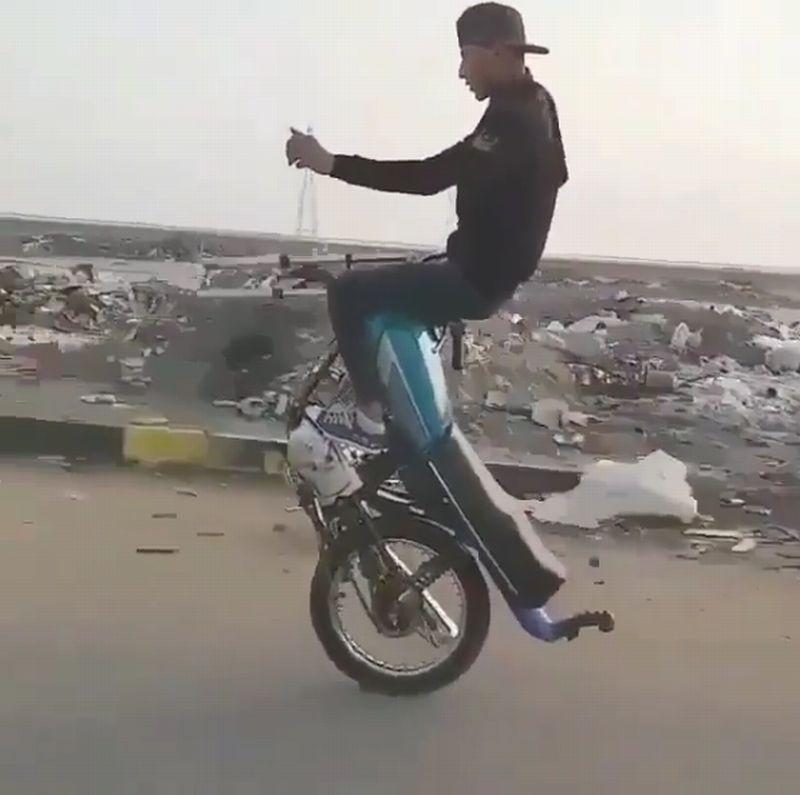 https: img-o.okeinfo.net content 2019 03 09 15 2027790 bikers-ini-hanya-bisa-kendarai-motor-pakai-satu-roda-FiGlLnHihg.jpg